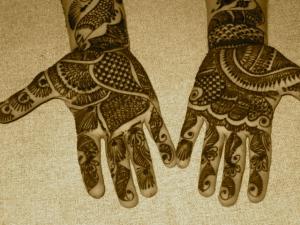 Mehndi oder Henna - eine Art Tattoo an Händen und Armen für besondere Anlässe wie zum Beispiel Hochzeiten.