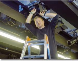 Patrick in seinem Element: Als Veranstaltungstechniker hat der die Verantwortung für Licht, Ton und Bühnenbild.