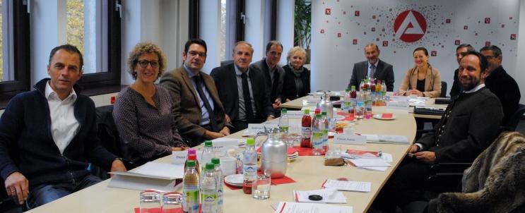 Die Vertreter von Berufsschulen und Kreishandwerk aus vier Landkreisen trafen sich am Freitag in der Agentur für Arbeit in Freising, um Bilanz über das Berufsberatungsjahr 2014/15 zu ziehen.